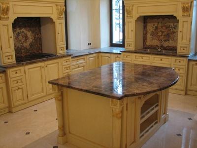 Общий вид кухни с мозаичными вставками